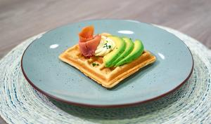 WAFFLES CON SALMON Y AGUACATE